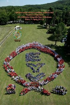 Više od 1100 članova i voditelja Saveza izviđača Hrvatske poziralo je za 245. milenijsku fotografiju Šime Strikomana, povodom obilježavanja Europske godine volontiranja (EYV), u lipnju 2011. u Bistri.